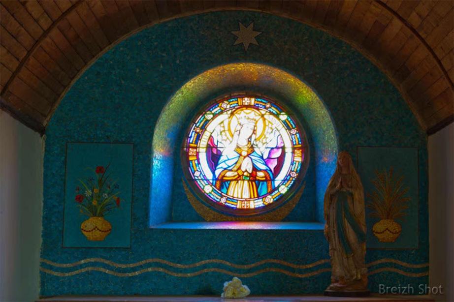 Tréhorenteuc : Reflets du vitrail sur la mosaïque