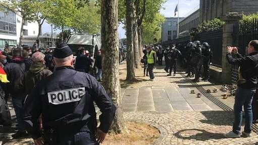 Jamais depuis le début du conflit social à la Fonderie de Bretagne (Morbihan) le 27avril, les grévistes n'avaient fait face à un tel déploiement de forces de l'ordre. Ici, ce mardi devant la sous-préfecture de Lorient.