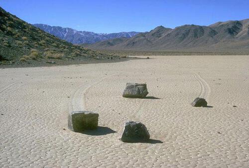Des pierres qui roulent toutes seules