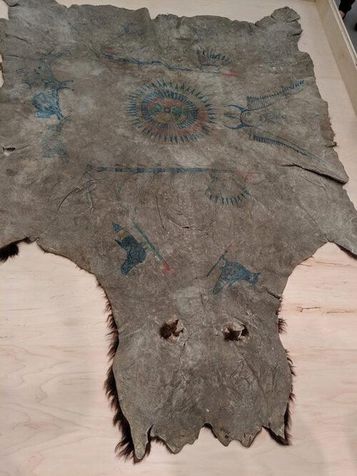 Une robe extrêmement rare en bison peinte par Sitting Bull