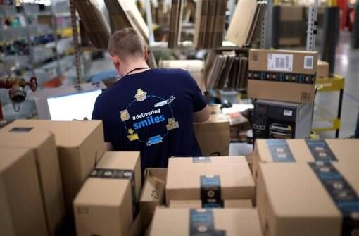 Un employé d'Amazon dans une base logistique située aux États-Unis.