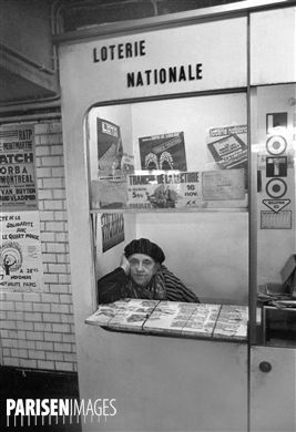 Vendeuse de billets de la Loterie nationale. Métro de Paris, vers 1970.