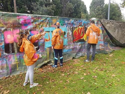 Stage graff réalisation par les jeunes d'une oeuvre sur le mur des tribunes du stade de Tarascon apprentissage à la mise en place de projet par les jeunes du pole jeunesse de Tarascon (13) nov 2016