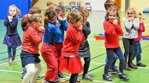 Les petits danseurs de l'école Joseph-Signor en représentation