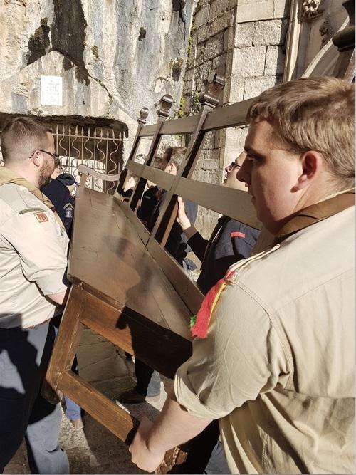 Un groupe de routiers scouts rend service à Rocamadour