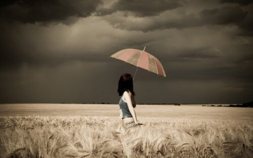 ws_Woman_Umbrella_Field_Stormy_1920x1200-500x313