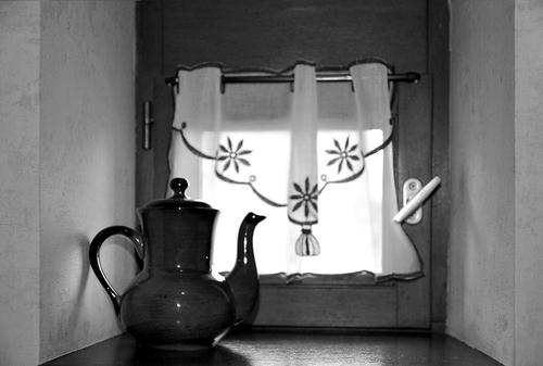 une cruche à la fenêtre