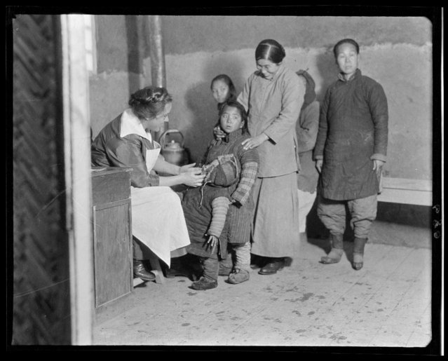 Dr. Metcalf & Patients. China, Tianjin, 1917-1919. (Photo by Sidney David Gamble)