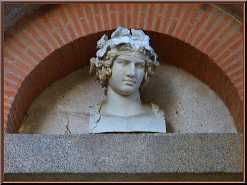 statue tète