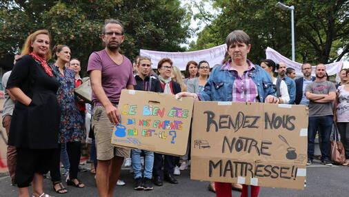 Une trentaine de parents d'élèves de l'école Victor-Hugo s'est retrouvée devant les grilles de l'établissement ce lundi 10 septembre, à midi.