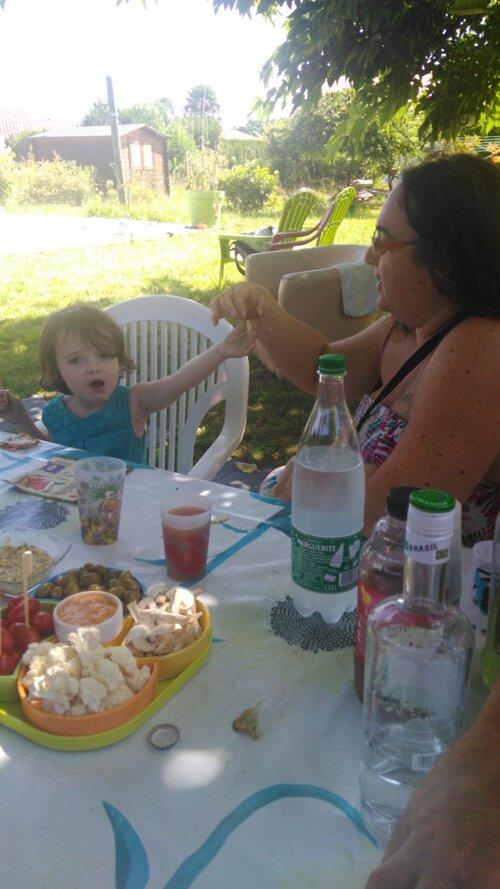 Petit repas dans le jardin