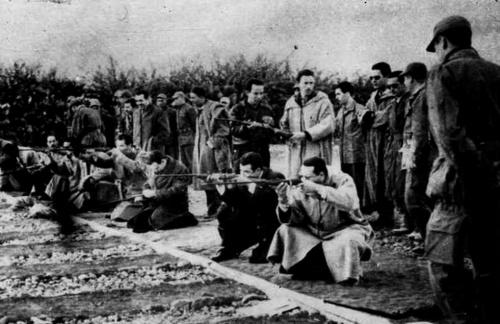 Le colonel Boussouf testant les armes ainsi que le colonel Houari Boumediene