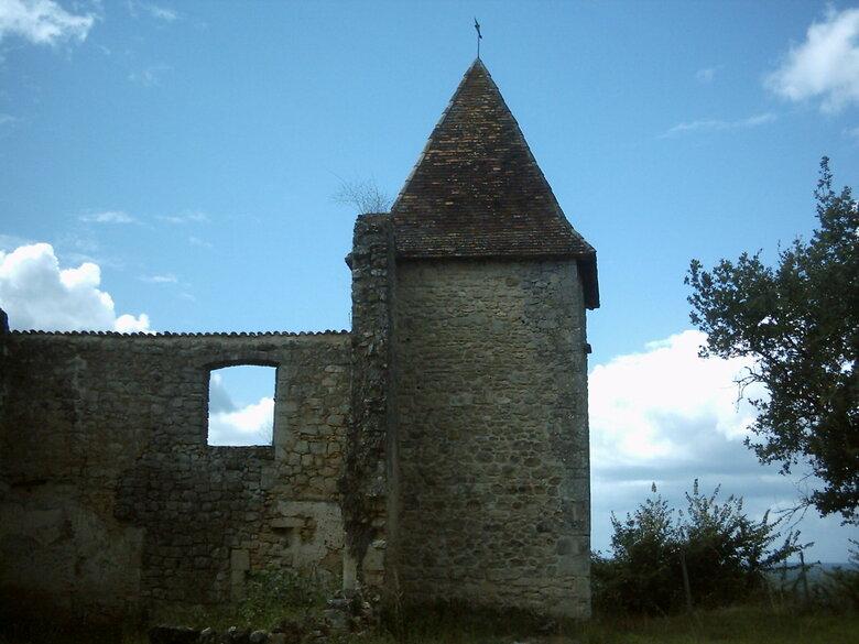 Le château du Cros est une forteresse en ruines située sur la commune de Loupiac, dans le département de la Gironde, en France.
