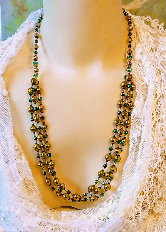 Collier 3 rangs mi-long Pierre d'hématite dorée et verre tchèque facetté vert métallisé