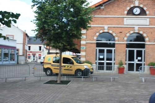 Le retour des voitures place de la Halle