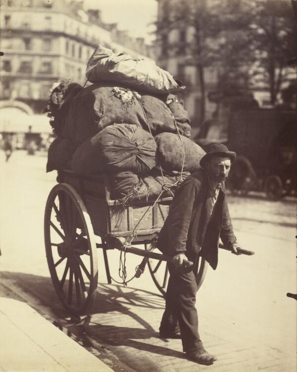 Atget Paris Chiffonier 600x750 Le Paris de 1900 par Atget