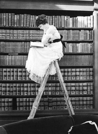 07 - Jeunes filles lisant- Dans les bibliothèques