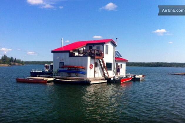 Une maison flottante au Canada, 102 euros