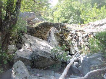 Le vieux pont sur le russeau de l'Ercu