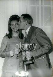 18 mai 1967 : Sheila tire les joueurs de la Coupe Davis. NOUVEAUTE.
