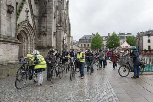 Au départ de la place Saint-Corentin, les vélos ont pris la tête d'un cortège de 500personnes.