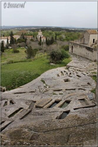 Abbaye de Montmajour la Chapelle Sainte-Croix vue du cimetière rupestre