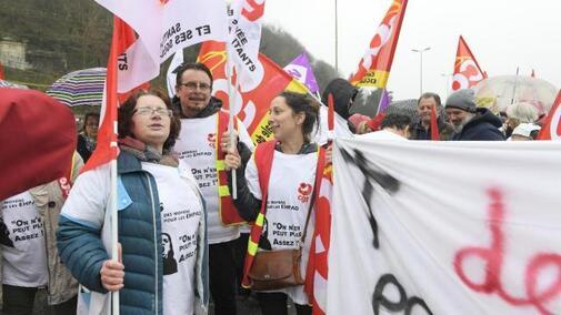 1 800 manifestants venus de tout le département défilent à Quimper (Finistère).