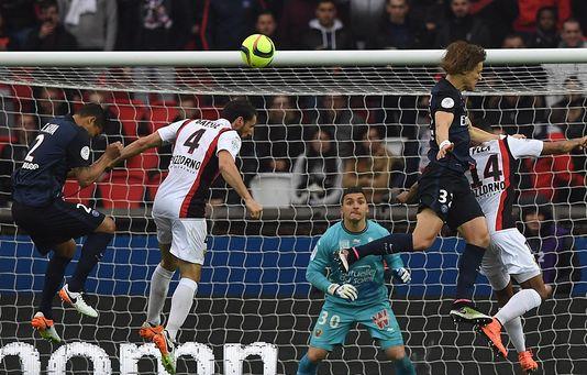 Le défenseur du PSG Thiago Silva (à gauche) et son homologue niçois Paul Baysse (au centre), samedi 2 avril à Paris.