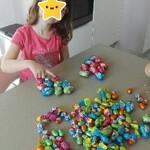 Elle fait des paquets de 10 œufs, et Antoine des paquets de 5.