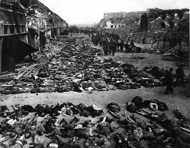 Fichier:Rows of bodies of dead inmates fill the yard of Lager Nordhausen, a Gestapo concentration camp.jpg