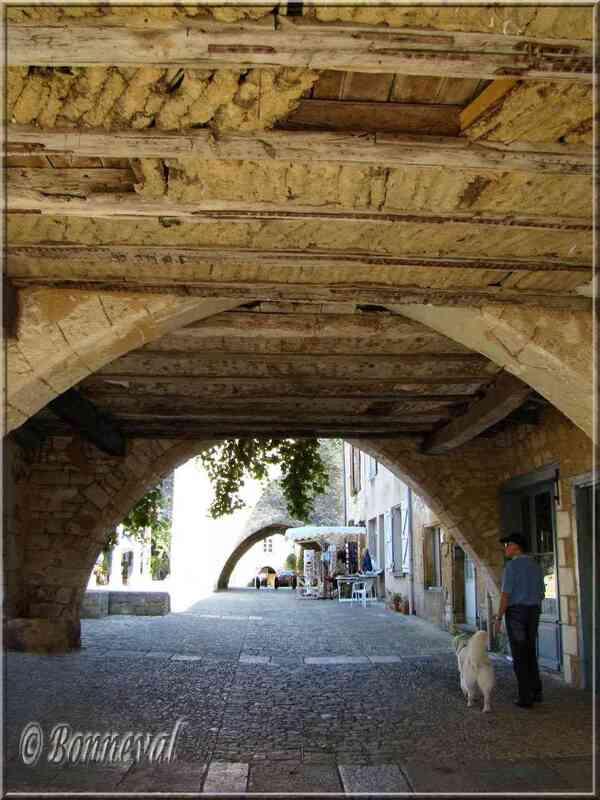Monpazier Dordogne couverts au plafond en bois et terre crue