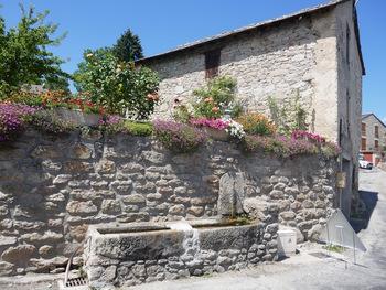 Maison fleurie à Carcanières