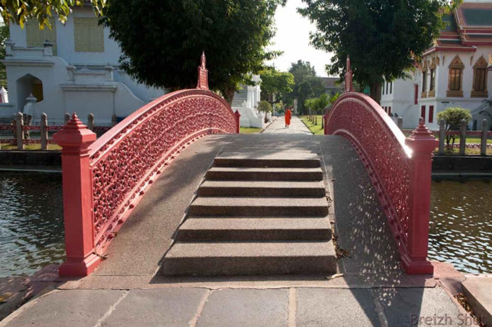 Bangkok :  Le pont duTemple de Marbre relie les bâtiments monastiques à l'édifice religieux