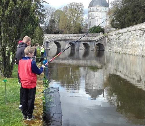 Animation pêche avec le centre social de Châteauneuf.