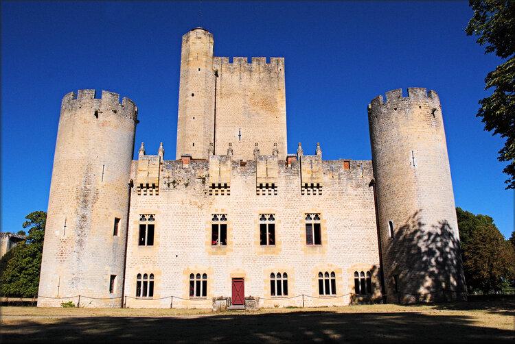 Coté gauche du château de Roquetaillade (Gironde)