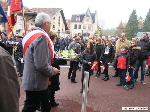 """* Cérémonie du 75ème anniversaire de la Libération de Champagney à la plaque commémorative """"Rhin et Danube"""", sur la façade de la Mairie de Champagney."""