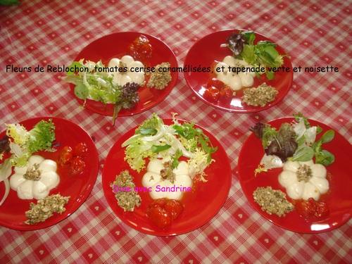 Des Fleurs de Reblochon, tomates cerise caramélisées, tapenade verte et noisettes