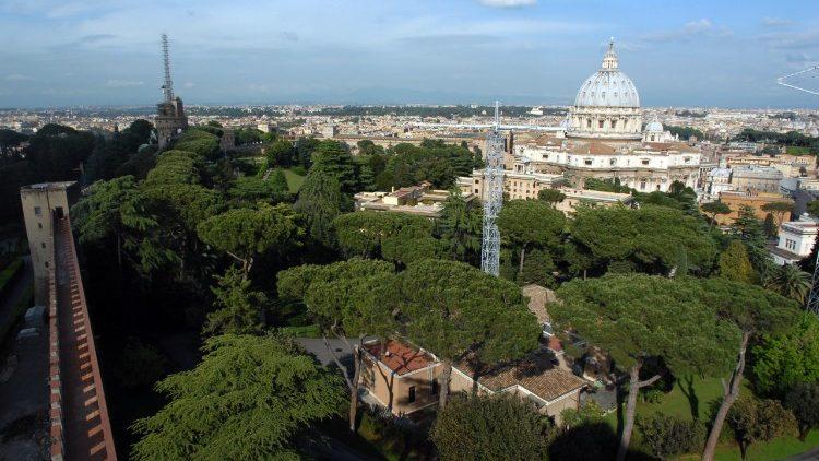Vue sur les jardins du Vatican et la Basilique Saint-Pierre