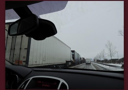 Sur l'autoroute les camions sont sur la voie de gauche,,,
