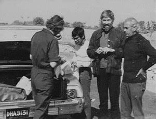 Une pause sur le chemin pendant la recherche de lieux pour le film. Silliphant, Bruce,Coburn et le guide hindou.