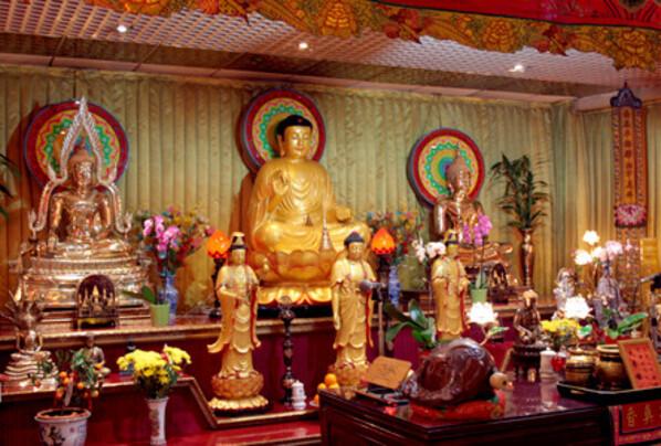 Autel-des-trois-bouddhas-de-l-amicale-des-Teochew-en-France.jpg