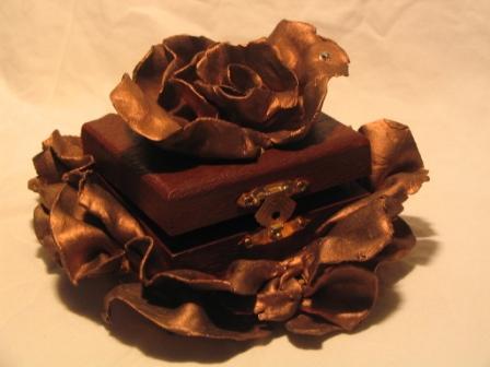 Boite rose en argile peinture pigments bronze