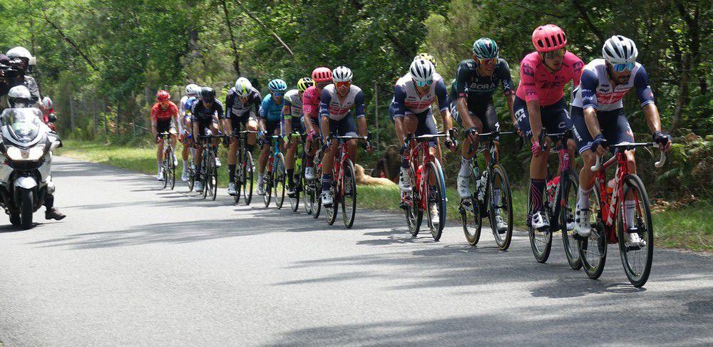Les coureurs du Tour de France 2021, passage à Bourideys...