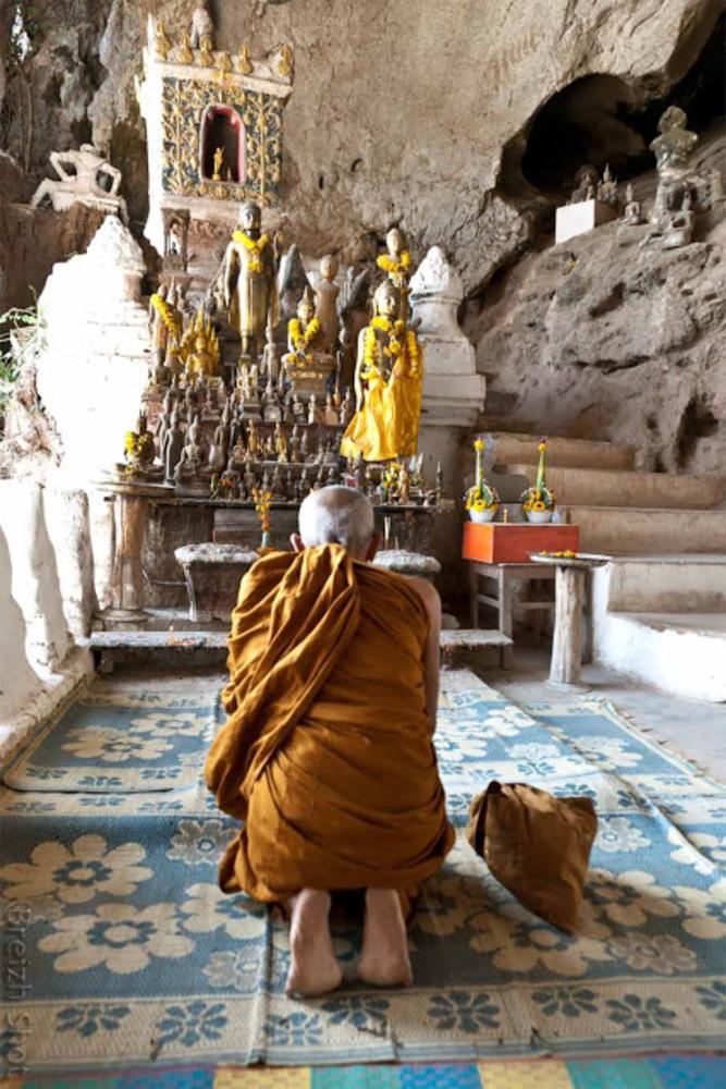 Grotte de Pak Ou : Moine en prière
