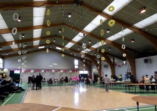 Les décors  de la salle Luc Schréder pour le banquet des vignerons se mettent en place...