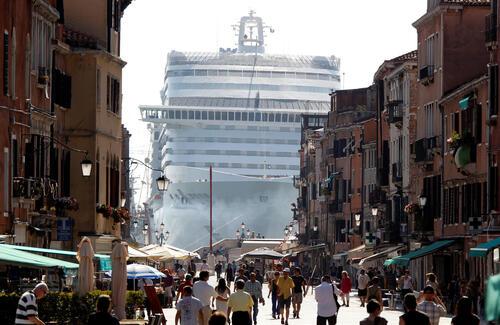 ACCIDENTS À VENISE. Des navires de croisières s'écrasent dans le port  (Documentaire)