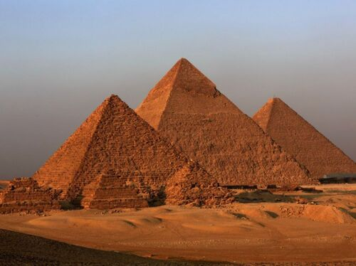 Le Pyramides de Gizeh (celle de Khéops au centre) - Source : sciencesetavenir.fr