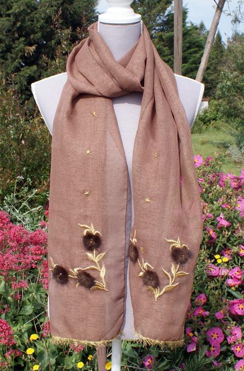 Une magnifique écharpe en lin couleur châtaigne