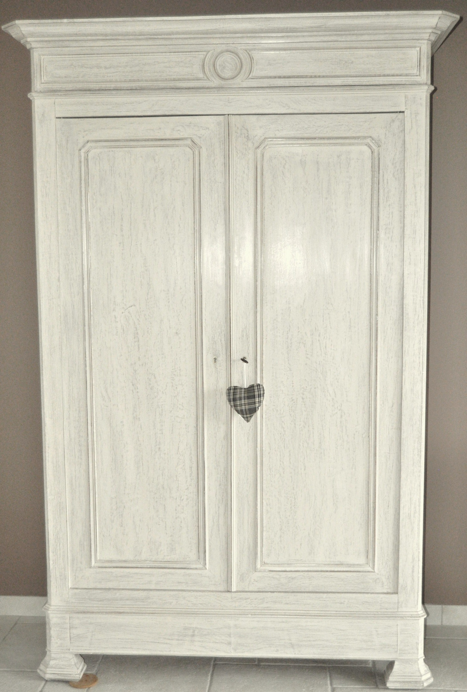 Armoire ancienne patin e taupe et gr ge - Renover une armoire ancienne ...