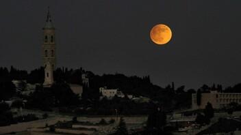 Pleine lune sur le mont des Oliviers, à Jérusalem, le 27 novembre 2012 (Louis Fisher/FLASH90)